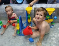 """Zabawy wodne to zawsze ogromna frajda i świetna zabawa dla naszych maluszków i ich rodziców. Podczas ostatniego spotkania """"Baby Caffe"""" mieliśmy okazję pobawić się w baseniku z wodą."""