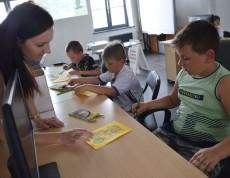 """W ostatnim tygodniu przed wakacjami, w Gminnym Centrum Informacji odbyły się zajęcia edukacyjne """"Trening pamięci i koncentracji"""". Zaproszone dzieci w trakcie zajęć dowiedziały się, dlaczego tak ważne jest rozwijanie zdolności zapamiętywania oraz koncentrowania uwagi – dzięki umiejętności rejestrowania i ponownego przywoływania informacji, skojarzeń czy wrażeń zmysłowych możemy uczyć się nowych rzeczy."""