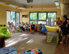 """Kąpiel, to nie tylko czynności związane z podstawową pielęgnacją dziecka – to także okazja do jego wielozmysłowej stymulacji. Na kolejnym spotkaniu w """"Szkole Rodzenia"""", które odbyło się 8 czerwca 2018 r., omówiliśmy i zaprezentowaliśmy prawidłowo wykonaną kąpiel, która stanowi sposobność do wzmacniania więzi i wsparcia rozwoju maluszka."""