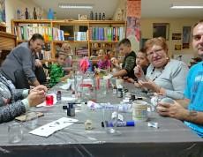 Centrum Aktywności Rodziny drogą do integracji - Program Aktywności Lokalnej, a wśród tych aktywności malowanie na szkle. Uczestnicy projektu mieli okazję przywrócić do życia szklane ozdoby, które kurzem już obeszły.
