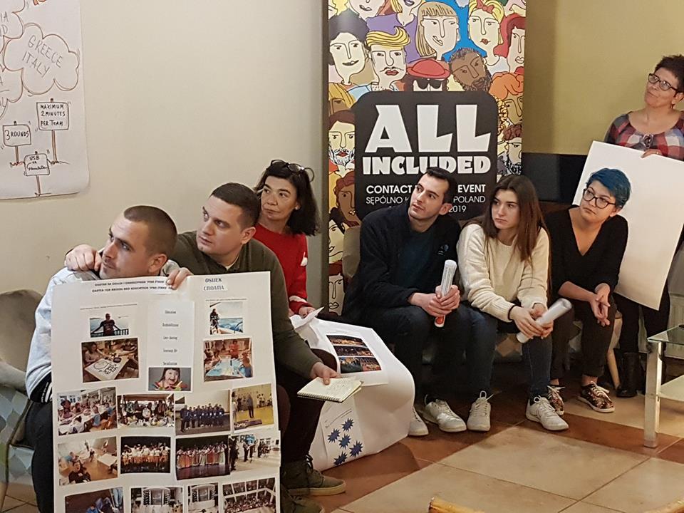 27 osób z Portugalii, Włoch, Łotwy, Litwy, Chorwacji, Rumunii, Grecji i Polski przebywa obecnie w Sępólnie Krajeńskim, aby wspólnie się uczyć i wymieniać doświadczenia na temat organizacji międzynarodowych projektów Wymian Młodzieży z udziałem osób z niepełnosprawnościami.