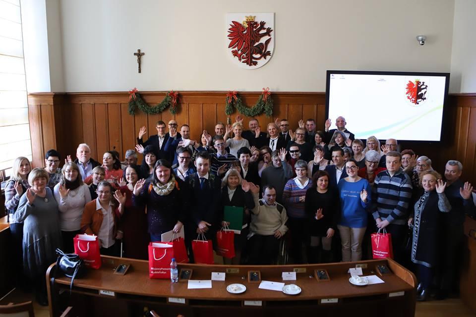 Wczoraj 30 stycznia 2019r. w Urzędzie Marszałkowskim w Toruniu odbyła się X Specjalna Sesja Osób Niepełnosprawnych. Trzy osoby wytypowane z naszego warsztatu tj. Anna R., Monika G., i Dariusz W. jako radni brali czynny udział w tej sesji.