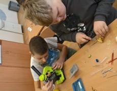 Uczniowie uczą się wykonywania obserwacji mikroskopowych