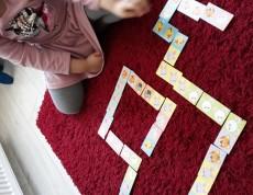 Uczennica układa domino logopedyczne