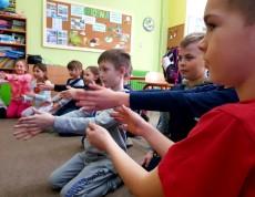 Uczniowie bawią się w pokazywanie kierunków