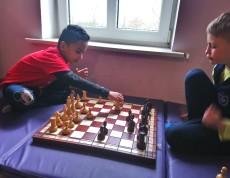 Uczniowie uczą się strategii gry w szachy