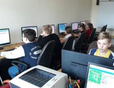 Uczniowie uczą się kodowania