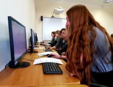 Uczniowie rozwiązują zadanie z karty pracy przy wykorzystaniu komputera