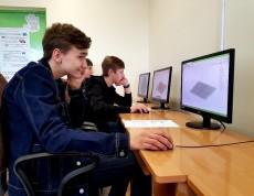 Uczniowie tworzą figury w prostokątnym układzie współrzędnych przy wykorzystaniu programu komputerowego