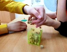 Uczniowie mierzą objętość prostopadłościanu