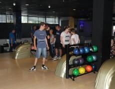 """Kręgielnia Olimpic Bowling Center oraz kino Helios w Bydgoszczy to dwa punkty programu wycieczki, która odbyła się 11 lipca 2021r. Wzięli w niej udział uczestnicy projektu """"Centrum Aktywności Rodziny Drogą do Integracji""""."""